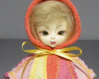 Pukifee capelet in bold sunset colors