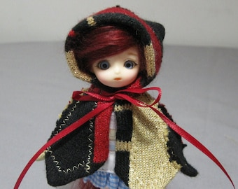 Pukipuki capelet in red, gold, and black