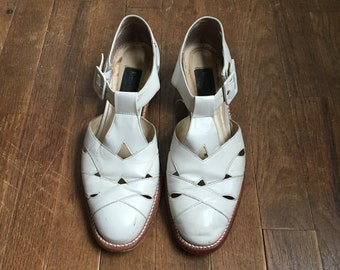 4d7250c3caa9 vintage 90s kenneth cole new york 76789 white sand leather cut out t strap  side buckle shoes womens size 8 1 2 M