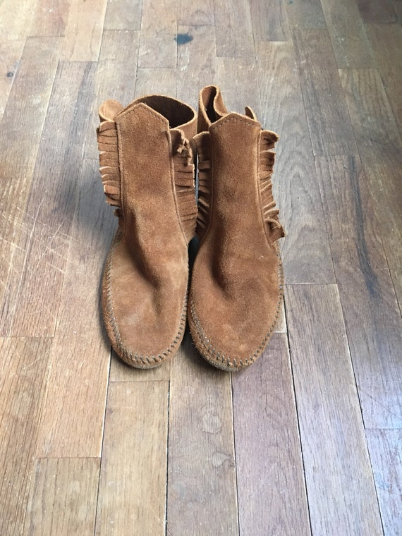 Jahrgang Minnetonka 432 Wildleder Fransen 2 Knopf weiche Sohle Mokassin Bootie Knöchel Stiefel Frauen Schuh Größe 8
