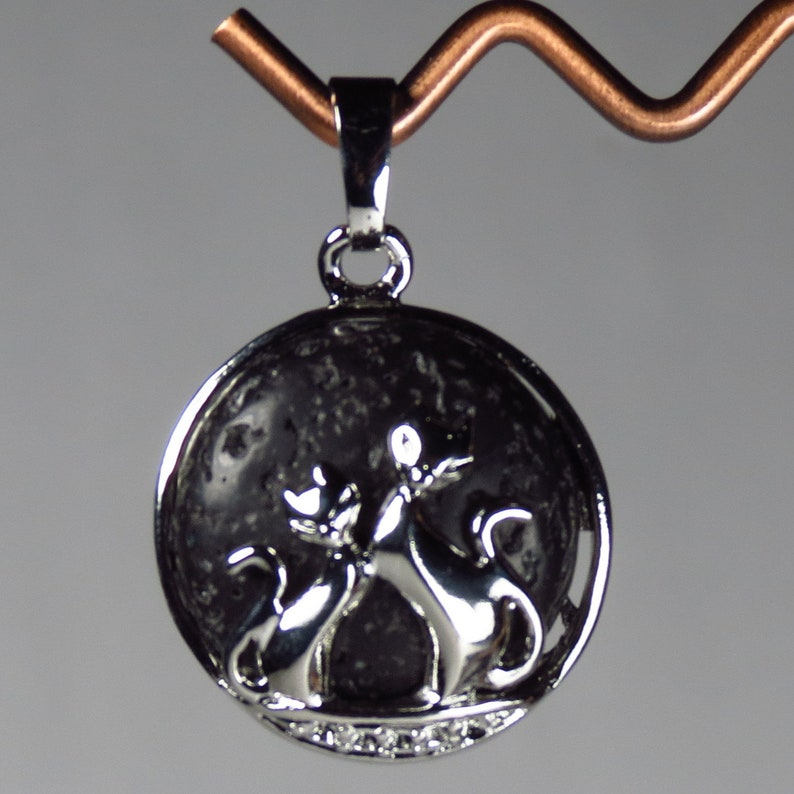 #GPEN-223 Adorable pendant with two silver cats and a black volcanic rock background Lava