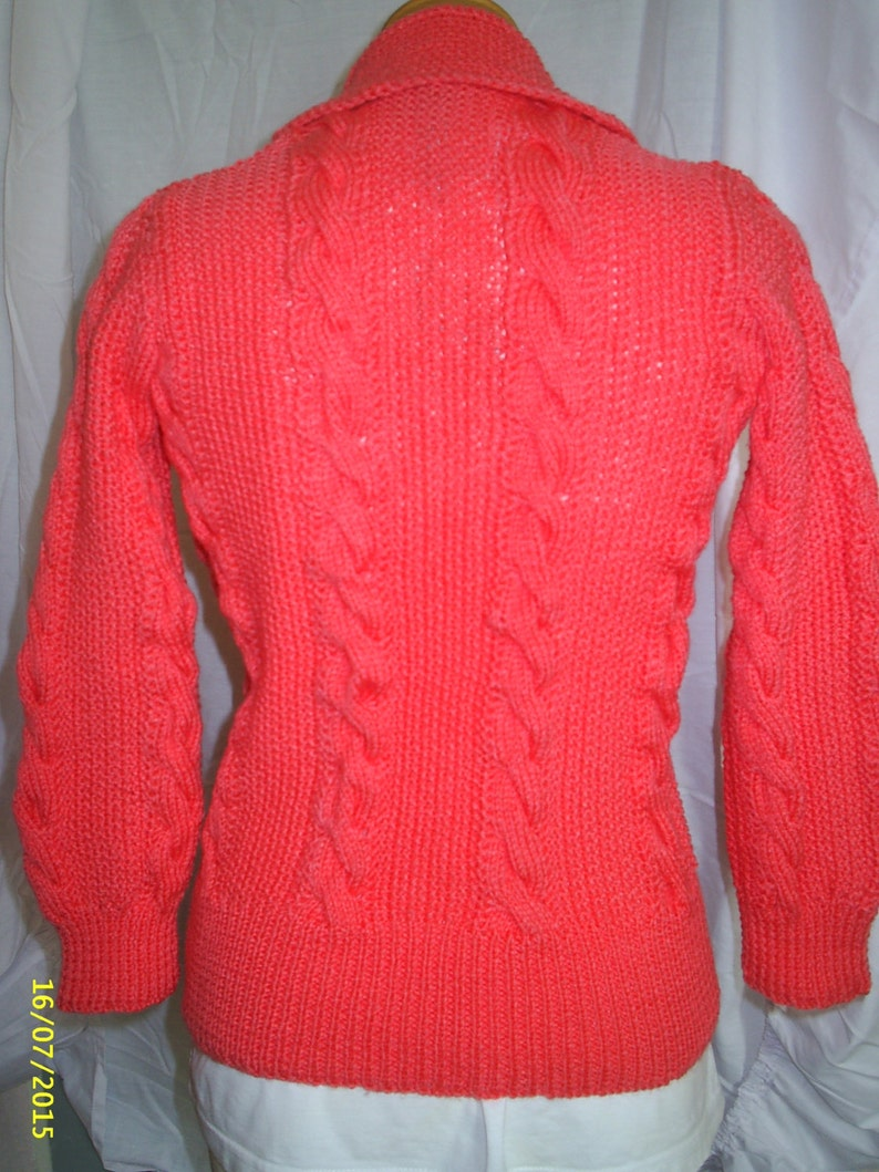 Ladies 1950/'s design hand knitted tailored Peachy Pink cardigan with cable panels and shawl collar