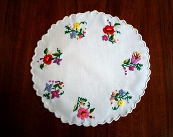 "Hand made 10"" round doily with flowers, embroidered table topper"
