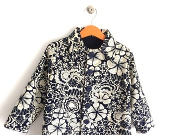 "Coat girl. Reversible. Navy and ecru. Printed ""flowers"". Hand made. T.3/5 years. Designer fashion. Vintage style."