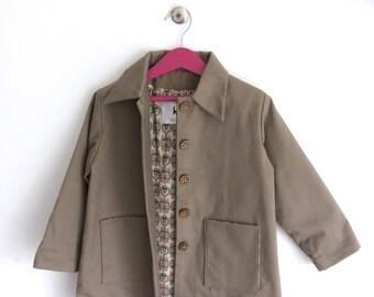 "Coat girl gabardine. ""Arabesque"" printed lining. Hand made. T.3/5 years. Designer fashion. Vintage style."