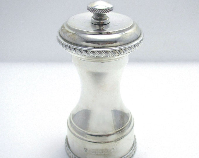 Vintage 1980 Classic Solid Sterling Silver English Pepper Mill/Shaker/Grinder. 20th-Century.