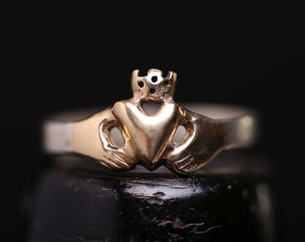9 carat gold Claddagh ring