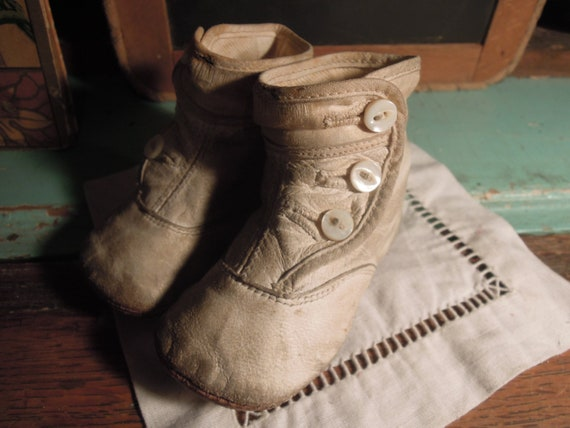 Victorian White Leather Button-Up Baby Boots / Whi