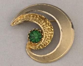 Vintage Retro 1950s 1960s 50s 60s gold metal & green diamante swirl brooch pin