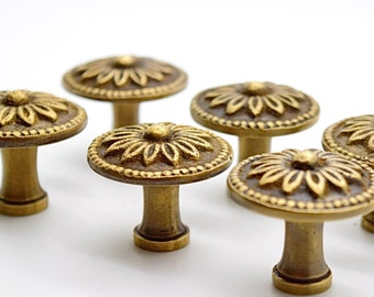 Vintage cupbard pulls. Brass drawer knobs. Drawer handles pulls. Art deco brass. Flower design handle. Kitchen furniture. Antique handles