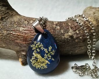 Teardrop resin flower necklace;  Flower botanical necklace; Small Terrarium necklace; Nature pendant;
