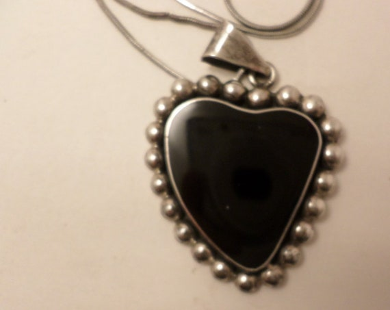 Vintage 90s onyn abstract heart set in Sterling silver pendant necklace Mexico 925