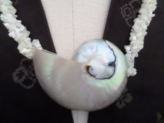 Fabulous vintage 80's Hawaiian shell necklace large conch pearl white