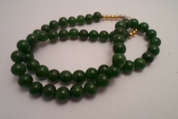 "Vintage Jade Beaded Necklace 18"" Asian Flair Great Green Color Holiday Ready"