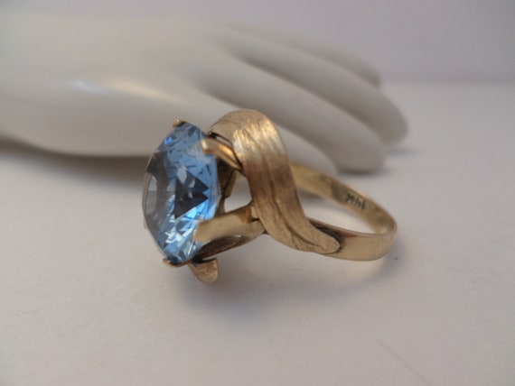 Beautiful Vintage 14KT gold ring large pale crystal blue stone size 8