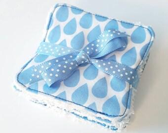 Lot de 8 lingettes demaquillantes / debarbouillantes lavables dans les tons blanc et bleus (gouttes)