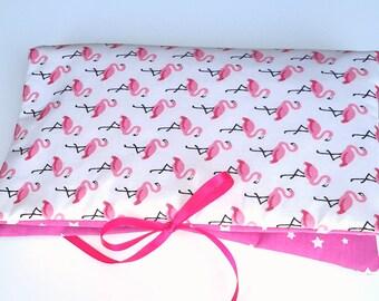 Pochette 3-en-1 blanche et rose Flamants Roses : range couches, protège carnet de santé et mini-matelas à langer