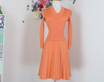 1960s Vintage Peach Knit Dress -  Pleated - Long Sleeve - Full skirt - Size Small/Medium - Mad Men - Day Dress - Lismeran