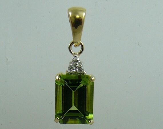 Peridot 2.23 ct Pendant 18k Yellow Gold with Diamonds 0.03ct