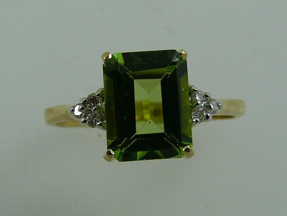 Peridot 2.25ct Ring with 18k Yellow Gold and Diamonds 0.06ct