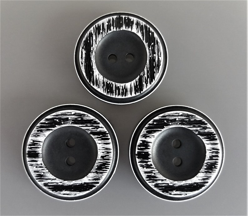3 large round buttons 34 mm black and white image 0