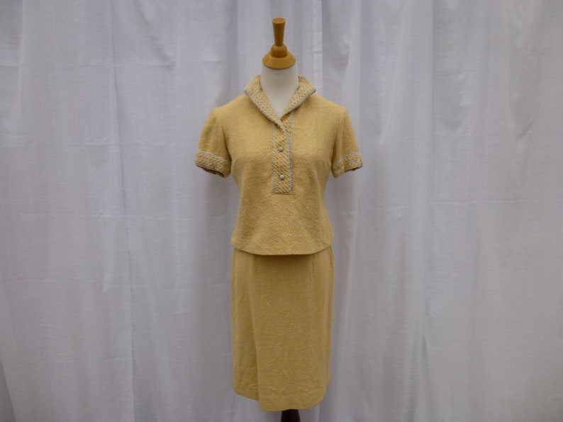 Vintage 60s Toni Todd Embroidered Blazer Top Skirt Set S M Beige Yellow Tweed Nap Stand Collar Short Sleeve Mid-Century USA Glam Garb