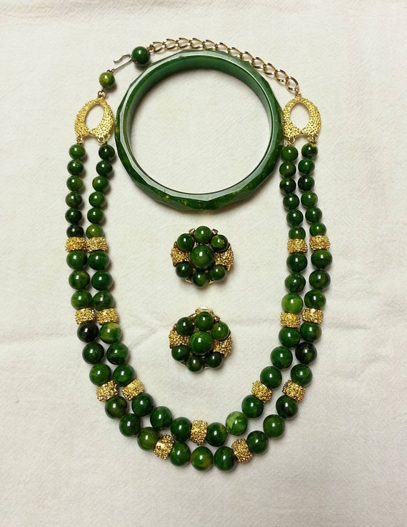 Vintage, green stone bead and gold tone spacers ne