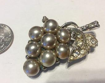 Vintage silver tone faux pearl rhinestone pin badn