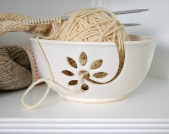 white yarn bowl with daisy motif, crochet bowl,  pottery wool bowl, ceramic yarn bowl, knitter's bowl, unique yarn bowl, gift for knitter