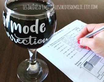 """Décalque """"En mode correction"""" pour coller sur des coupes de vin, verres de bière, tasse, pot Mason, etc"""