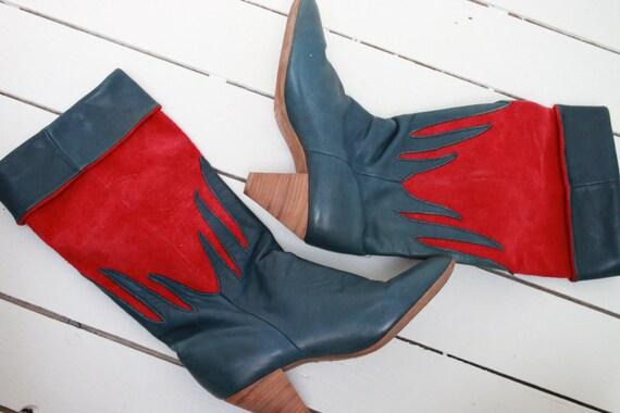 1980er Jahre Deadstock einzigartige Vintage Disco Stiefel blau rot Leder & Wildleder zwei Töne hoch Heeled Riding Boots Boho Luxus Paris Label US 6.5
