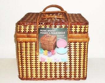 Vintage Picnic Basket Wicker 20pc Picnic Set for 4 NWT