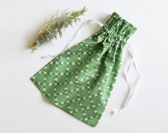 Sac à coulisse liberty vert, sac à linge, sac lingerie, pochon, vacances, sac à chausson, rangement, sac chaussures, voyages, fête des mères