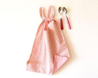 Serviette de cantine rose motifs graphiques d'éventails ou pois, rose, grand bavoir, bavoir réversible, cadeau de naissance, bavoir fille