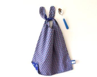Serviette de cantine bleu graphique, grand bavoir, bavoir garçon, serviette à nouettes, cadeau naissance, bavoir réversible, bleu, bavoir