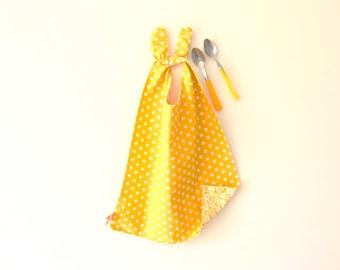 Bavoir jaune étoiles ou fleurs, grand bavoir, bavoir réversible étoiles, serviette de cantine, cadeau naissance, bavoir stylé, jaune