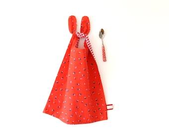 Bavoir réversible rouge motifs montgolfière ou vichy, grand bavoir, serviette de cantine, cadeau naissance, bavoir rouge, serviette enfant
