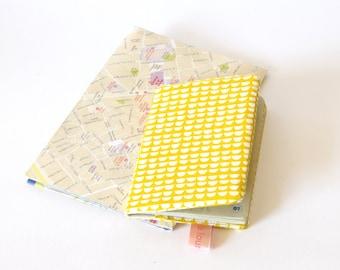 Protège passeport jaune motifs écailles, étui passeport, cadeau voyageurs, globe trotteur, jaune, couverture passeport, fête des mères