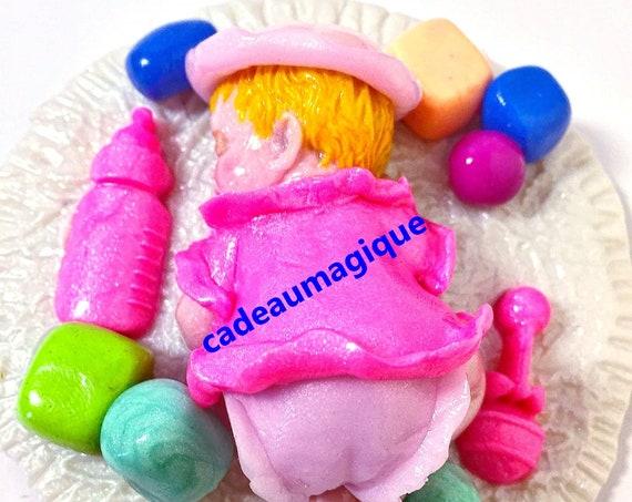 bébé miniature sur tapis de jeux en fimo : annonce grossesse déco de table de fête