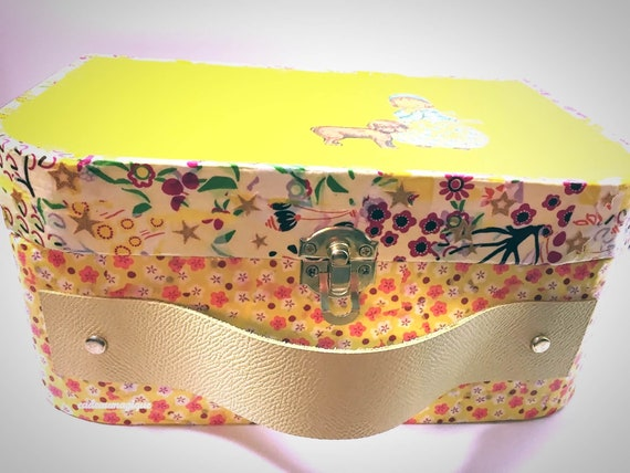Cardboard child case: personalized birth gift box