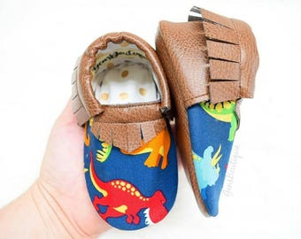 Dinosaurs Moccs, Dinosaurs shoes, baby moccs, baby moccasins, Dinosaurs, fringe moccs, Brown moccs.