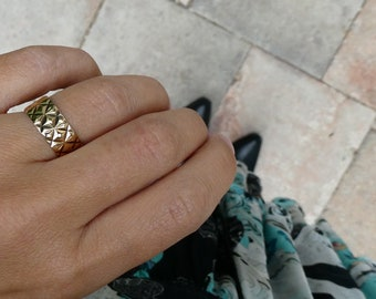 Engraved gold ring, with a retro pattern, a wide ring in 9k gold.