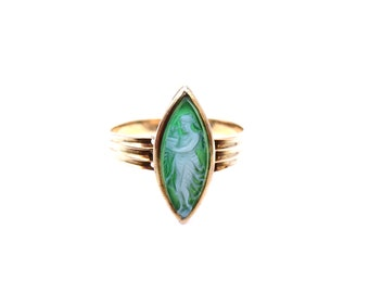 An antique green agate cameo ring in 9kt gold.