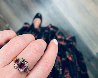 Antique engraved gold and garnet ring in 15 carat gold, from the 1800's.