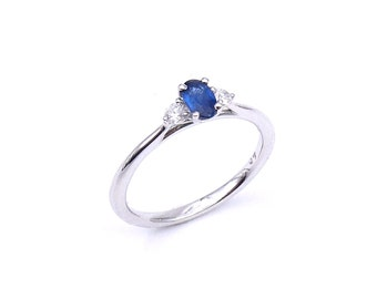 A dainty sapphire and diamond ring in 18kt white gold.