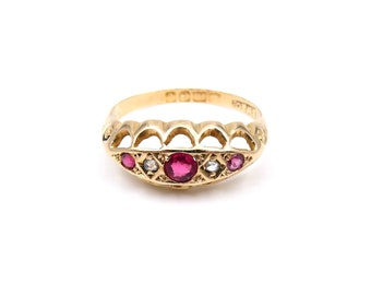 Antique ruby diamond ring in 18kt gold, with a delicate border of lacy scrolls, a vintage ring from 1918