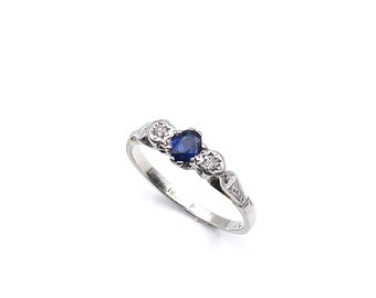 Vintage sapphire ring in white gold with diamonds, ideal sapphire diamond ring for every day wear.