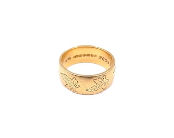 A vintage heavy 18kt gold ring, engraved with a pattern of ivy leaves.
