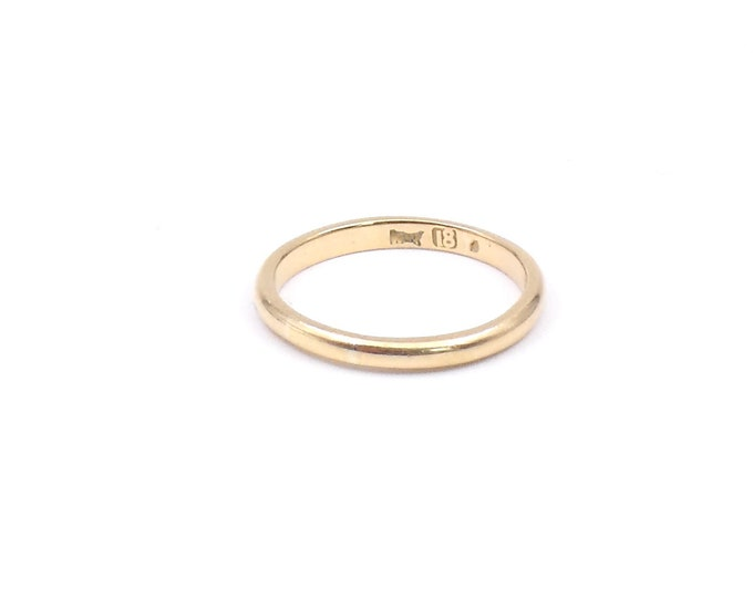 Vintage 18kt gold band, a vintage wedding ring, slim band in 18ct yellow gold.