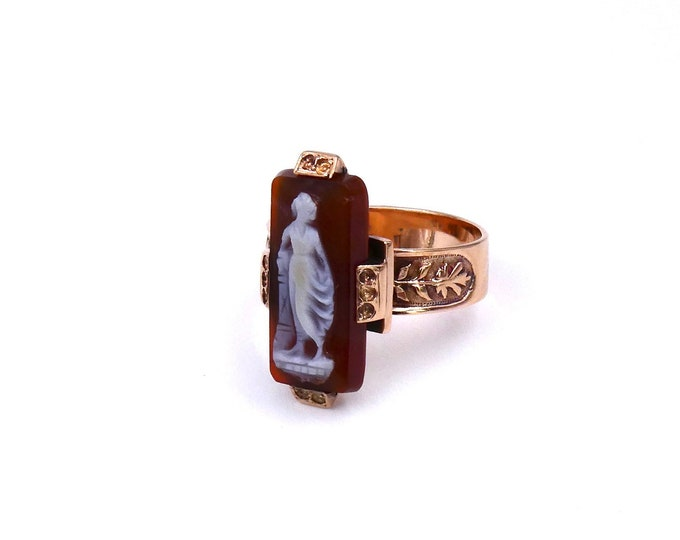 Antique cameo ring with engraved shoulders in gold, classical goddess vintage cameo in 14kt rose gold.